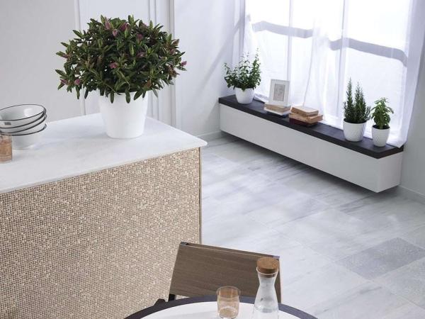 Piedra Natural Blanco Almeria Anticato – Mosaico Gravity Aluminium Cubic Gold