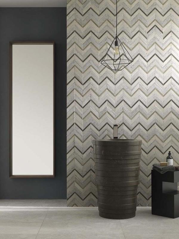 Mosaico World Amsterdam Chevron Grey – Lavabo Azrama Primitive Vanity – Piedra Natural Habana Brown Sand Home – Tower Mirror 180