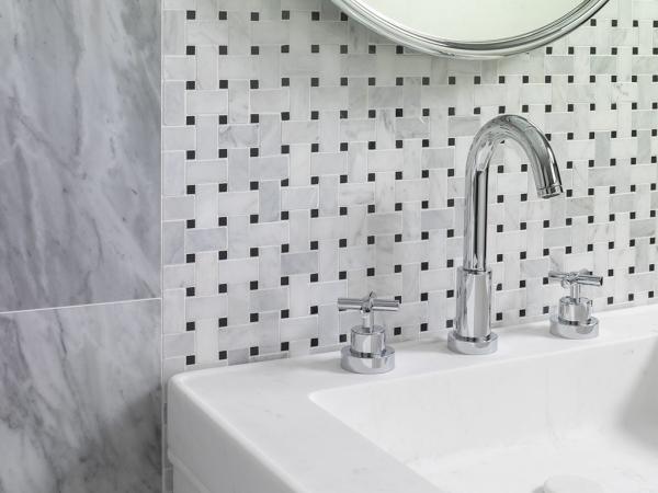 Mosaico Victorian Trenzado Marmara Negro – Piedra Natural Blanco Carrara Pulido – Lavabo Saint Germain Totem