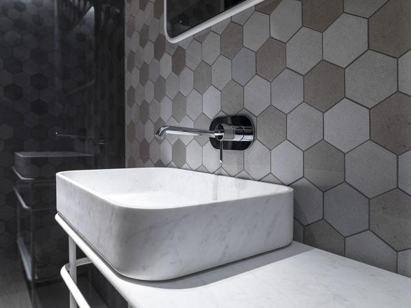 Mosiaco World Hexagon Text. Grey – Lavabo Vintage S Persian White