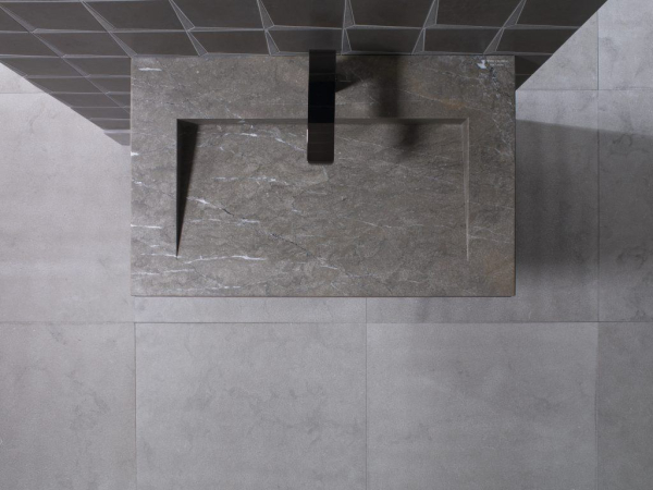 Lavabo Minim Wood Grey Stone – Mosaico Form Spark Brown – Piedra Natural Amsterdam Grey Sand