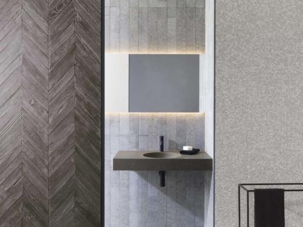 Mosaico Essential Concave Silver – Wood Arrow Natural – Piedra Natural Amsterdam Grey – Minim Espejo – Lavabo Karon Circle Countertop Grey Stone