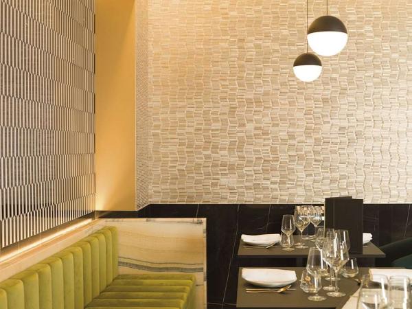 Mosaico Gravity Aluminium Wave Gold – Mosaico Black – Piedra Natural Port Monaco – Piedra Natural Onix Ipanema