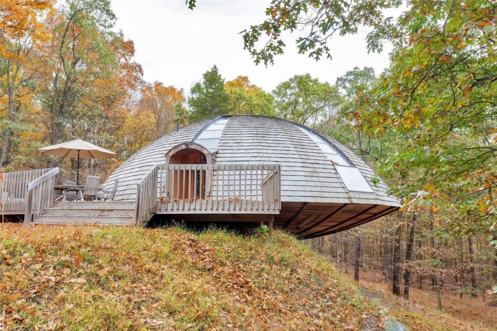 A rotating wooden house is supplied with sunlight. Dome Space, New York