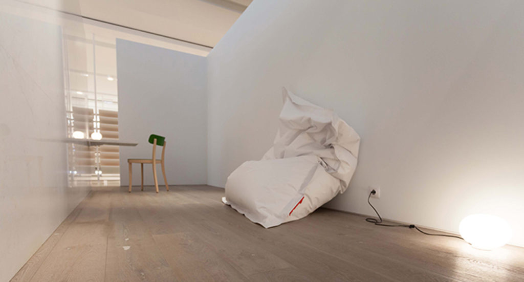 Around a Polished Persian White marble block  - Fran Silvestre Arquitectos