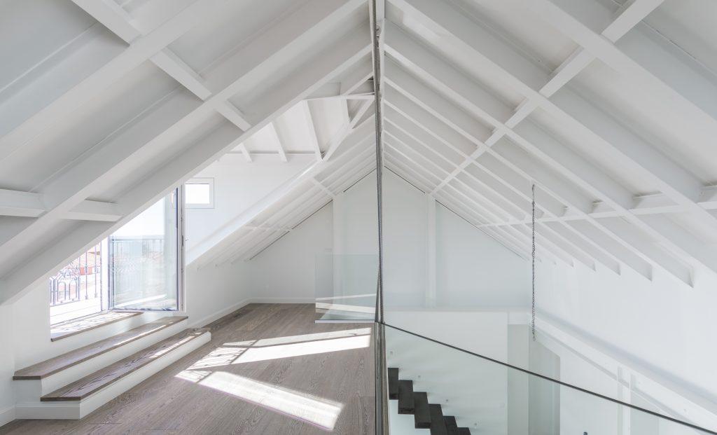 Das Naturholz erweckt ein Haus in Lissabon zum Leben